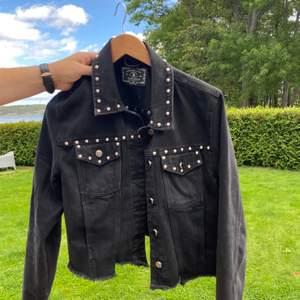 Säljer denna snygga svarta jacka med nitar. Passar med en tjocktröja under eller utan. Kan ja innomhus eller ute.