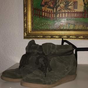 Snygga skor från Pavement köpta för 1199kr o säljs för billigare. Använda 3 gånger! Har en liten bekväm klack