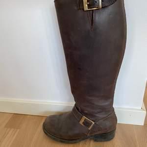 Jonny Bulls i storlek 37. Guld detaljer, brunt läder. Inte använda på ca 3 år. Slitna och säljer därför billigt. Kan sänka priset.