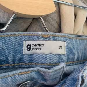 Säljer mina supersnygga Gina jeans i storlek 34 köpta här på plick men säljes då jag tyvärr inte fick användning av dom. 💕💕 LB: 360kr