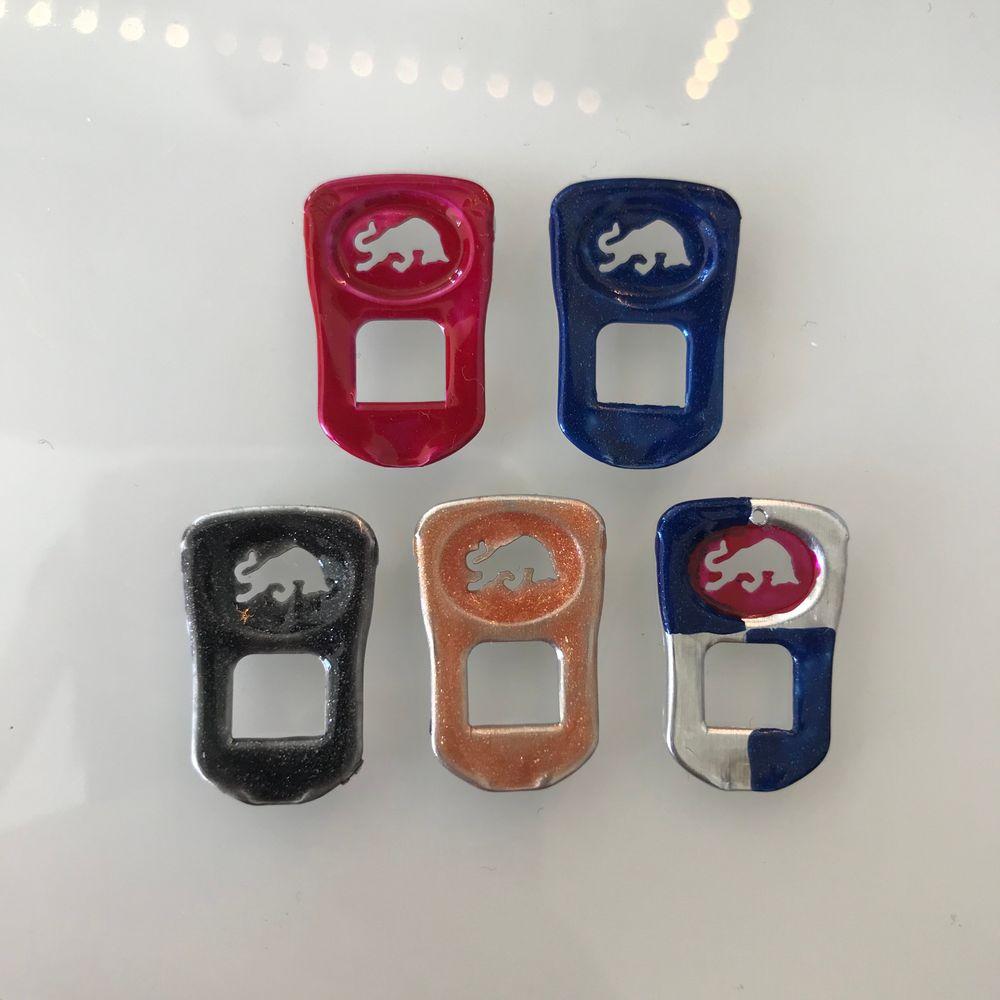 Gör sånna här coola red bull hängsmycken, finns alla möjliga färger och gör efter beställning. Man kan köpa endast smycket eller med örhänge (frakt 12kr). Accessoarer.