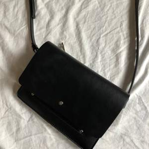 En svart väska från Carin Wester, använd fåtal gånger. I bra skick. Säljs pga använder ej.