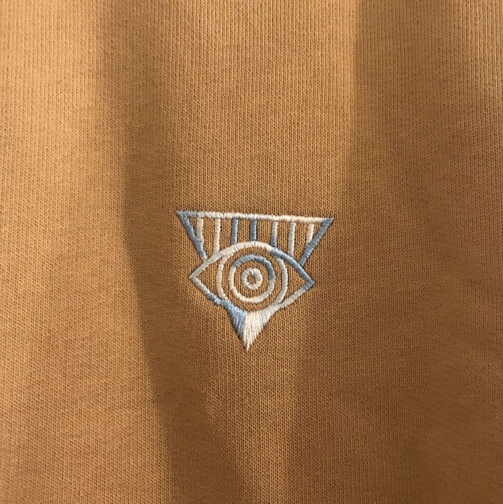 En beige tröja från Junkyard. Den är i storlek M och är bara använd en gång. Originalpriset är 399kr men säljer den för 200kr. Fri frakt. Tröjor & Koftor.