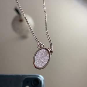 Ett fint halsband som är lite glittrig och gullig! Den är i fint skick och är inte använd!🤩 säljes för den ej kommer till användning tyvärr