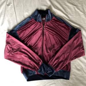 Tracksuit jacket från Weekday i sammet. Storlek S. Är snyggt oversized.