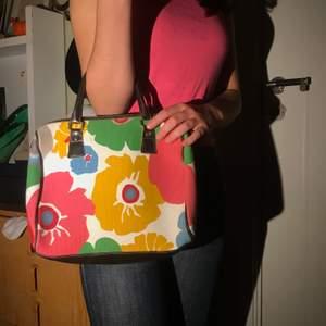 En så snygg väska med blommigt mönster, liknande Marimekko som är så fint! 🥰💕