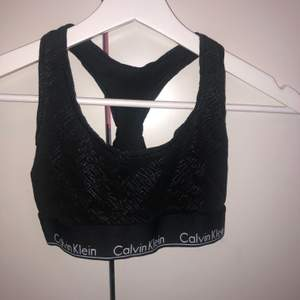 En svart sport bh från Calvin Klein med tryck. Storlek s. Säljer för 20 kr plus frakt, alltså 83 kr. Använd endast ett fåtal gånger.