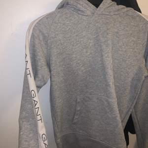 mysig Gant tröja i storlek Xs i bra skick, knappt använd och har väldigt fin passform!