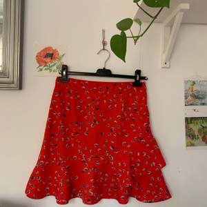 Gullig rödblommig omlottkjol med volang. God kvalitet. Skriv för fler bilder. Möts upp i Falun eller skickar om du betalar frakten✌🏻