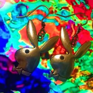 Jätte snygga Playboy örhängena metall/silver! Swipea för o se hur dem ser ut på! Har flera par så skriv!✨ +frakt 11kr (OBS! Vi ansvarar inte för postens slarv!) Örhängena som säljs är oanvända!