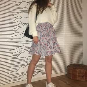 Kjol som sytts om från en klänning, av någon som kan sy så den ser bra ut🥰har tyvärr aldrig kommit till användning pga att det inte är min stil längre🦋