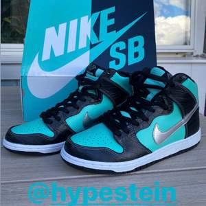 Nike dunk Tiffanys i storlek 42.5/ US 9.0. Köpta från hypestein för någon vecka sedan. Som nya. Säljer åt min kille. Bud från 4500