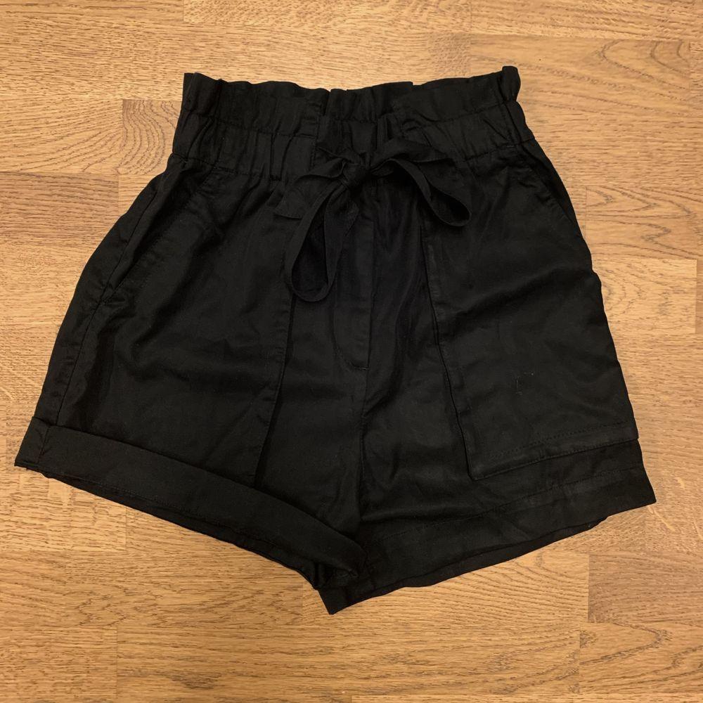 Supersnygga, helt oanvända kostym shorts i strl 36. Råkade beställa hem 2 likadana, därför säljs dessa. Går bra både uppvikta och inte (se bild 2). Du som kund säger ett pris som känns rimligt att betala! Skriv för fler bilder eller frågor.. Shorts.