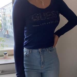 En blå guess tröja som är hur skön o snygg som helt men har tyvärr blivit för liten för mig