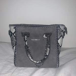 Säljer denna snygga Stella McCartney väska, vet inte om den är äkta eller fake, men ser väldigt bra ut och är i god kvalite⚡️ säljer då den inte kommer till användning längre. ❌❌❌BUDA I KOMMENTARERNA❌❌❌ frakt - 66 📦  BUDGIVNINGEN SLUTAR IDAG 13.00!!!