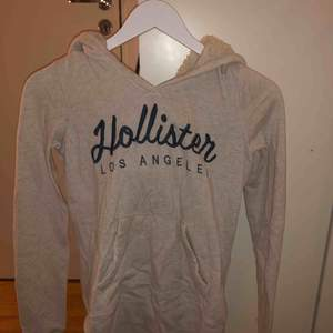 Beige hoodie från hollister med ludd i luvan! Aldrig använd! Frakt 30kr