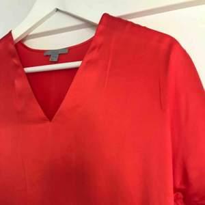 Röd t-shirt i siden, otroligt fin tröja från COS.  Aldrig använd, därför den säljs.  Köparen står för frakten.