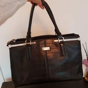 Fin väska från Fiorelli, säljes billigt pga att handtaget är lite slitet