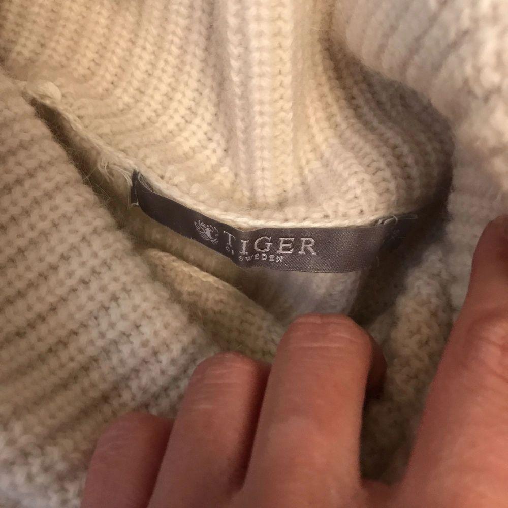 Säljer en prisvärd stickad tröja från märket Tiger of Sweden. Färgen är vit/beige skulle jag säga. Med polokrage och två snygga dragkedjor som detalj (går att öppna oh stänga). Väldigt snygg och mysig!   Säljer för endast 250kr plus frakt . Stickat.