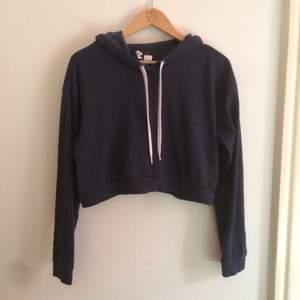 En croppad hoodie i mörkblått från H&M.
