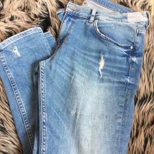 Asbekväma ljusblå raka jeans från Zara Premium Denim med diskreta slitningar här och var. Väldigt sparsamt använda och inga synliga skavanker (utöver de som fanns där från början). Troligtvis i en något croppad modell då jag är lite kortare och de passar mig perfekt i längden. Frakt tillkommer, alt möts vi upp i Göteborg/Borås-området.