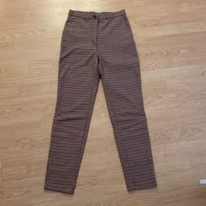 Säljer mina supersköna byxor från Monki! Säljer pga av att jag har ett par likadana fast svartrutigt och använder dom mer. Älskar verkligen passformen på dessa byxorna och att dom är högmidjade🥰 Strl 32!! Tar endast Swish, kan mötas upp i centrala Malmö!