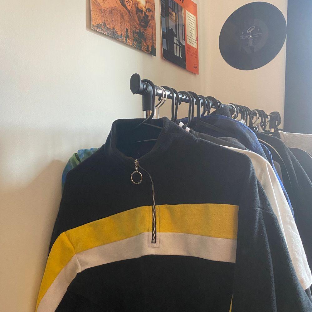Snygg fleeace tröja från h&m. Inte använt på ett tag. Storlek xs men passar även s. Justerbar resor längst ner. Säljer för 130, frakt ingår i priset. . Tröjor & Koftor.