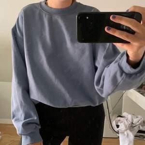 säljer denna sweatshirt från weekday då jag inte snvänder den, frakt tillkommer