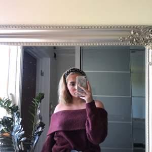Säljer en stickad off-shoulder tröja ifrån H&M. Använd ett antal gånger men fortfarande i väldigt bra skick. Köpt för 250 kr och säljer nu för 100. Väldigt mysig och perfekt till hösten! Kan mötas upp i Stockholm, annars står köparen för frakt.