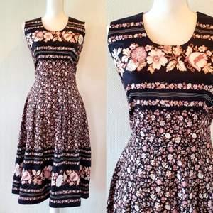 Vintage klänning i storleken M ,  dragkedja i sidan. Frakt tillkommer med 44 kr