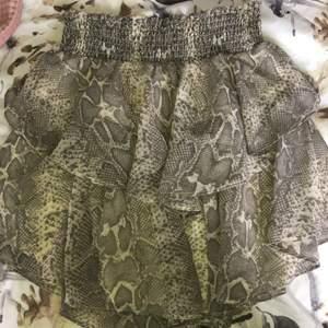 Super fin mönstrad kjol från Gina tricot som är väldigt populär. Är i storlek 34 och sitter väldigt bra vid midjan