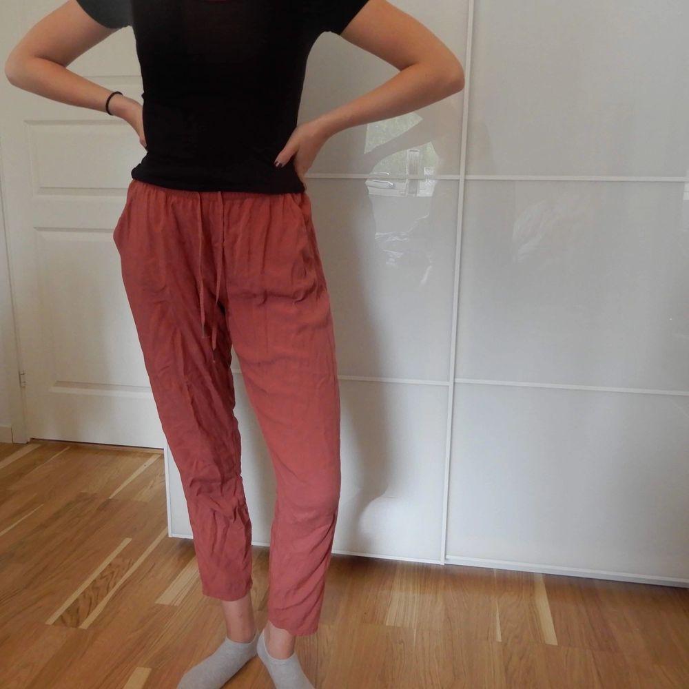 Bekväma kostymliknande byxor med resår. Storlek 36.. Jeans & Byxor.