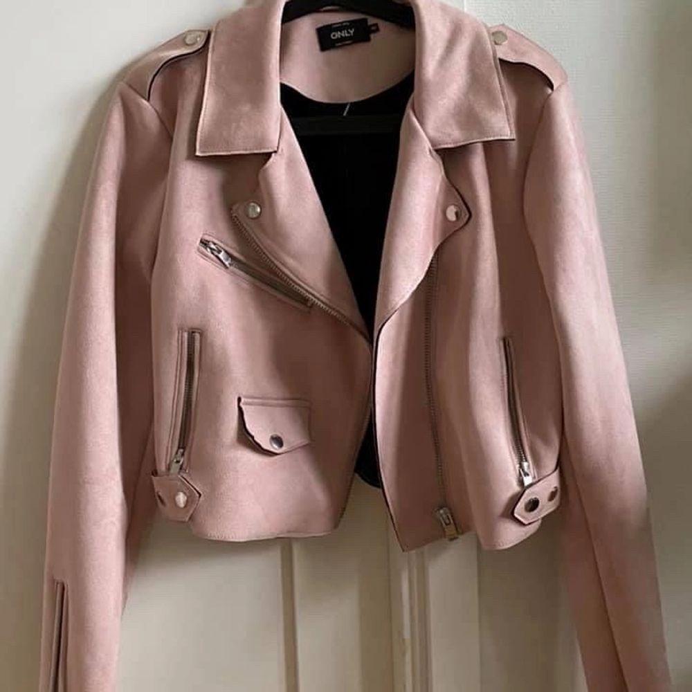 En rosa mocka/skinnjacka den sitter bra och i bra skick aldrig använt den så helt ny. St 40. Jackor.