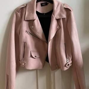 En rosa mocka/skinnjacka den sitter bra och i bra skick aldrig använt den så helt ny. St 40