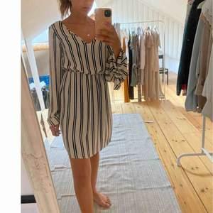 Randig klänning från Boohoo! 🔆 Storlek: 34  -köparen står för frakten-