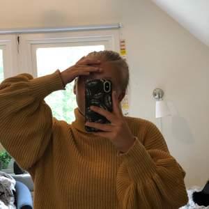 Stickad tröja i beige ton (den är ljusare än på bilden). Tröjan är knappanvänd och det är just därför jag säljer den. Har ni frågor eller funderingar är det bara att höra av sig. Köparen står för frakt 🚚.