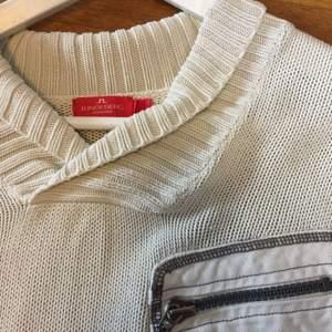 Stickad tröja från J.lindberg  med detaljerad ficka på framsidan. Väldigt mysig såhär i höstmörkret