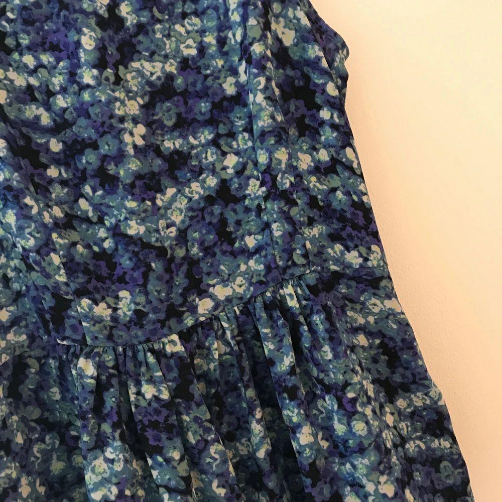 Blå blommig blus. Kan mötas upp i Stockholm eller så står köparen för frakten.. Blusar.