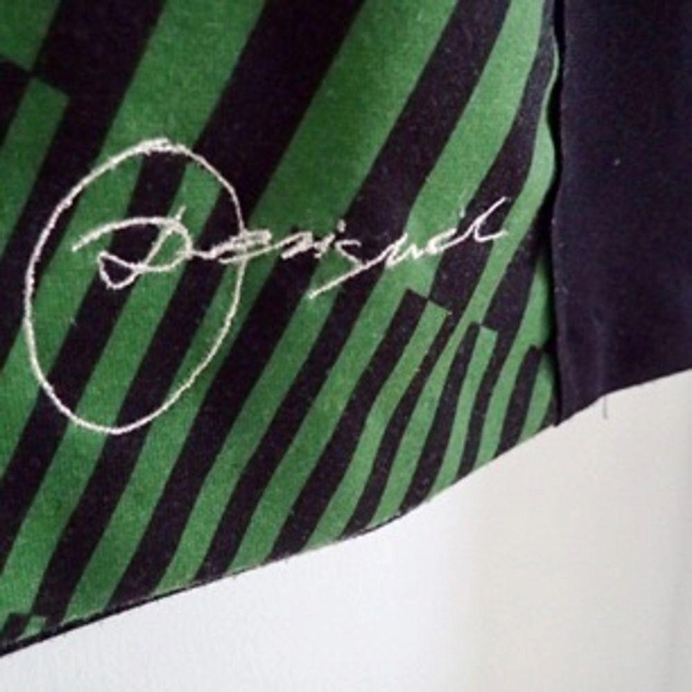 Mönstrad klänning i storlek S från Desigual. Klänningen är skuren och följer kroppen fint, men säljer klänningen därför att den använts allt för sällan. Köparen står för frakt.. Klänningar.