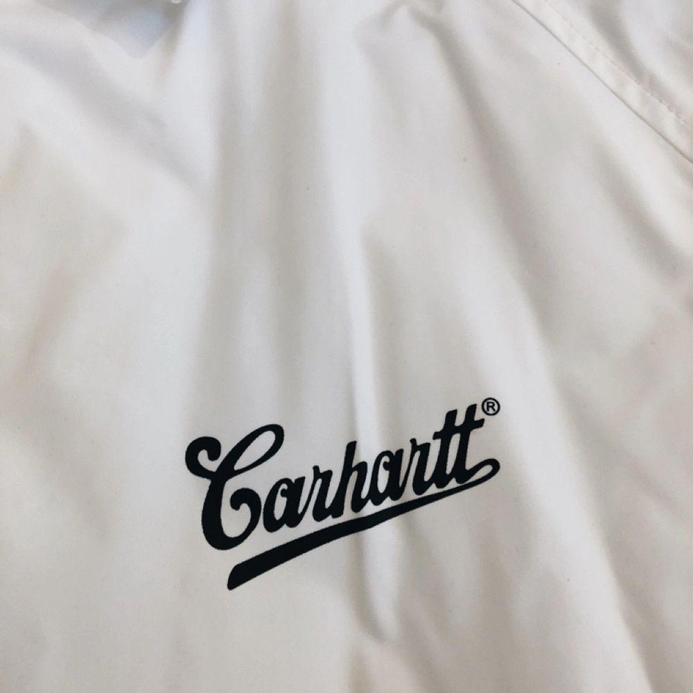 Vit coach jacka från carhartt, köptes ny i somras för 900kr. Knappt använd. (+35kr frakt). Jackor.