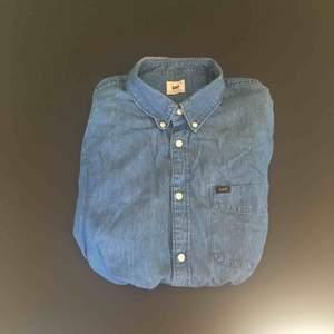 Blå jeansskjorta från Lee i storlek XL