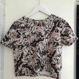 T-shirt som typ är en magtröja. Den är orangeaktig och i ett lite skummigt material som gör att den håller formen! Den är också inget glansigt material som gör den väldigt bekväm