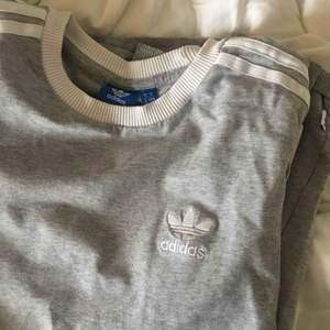 klassisk snygg långärmad t-shirt från adidas. bra skick
