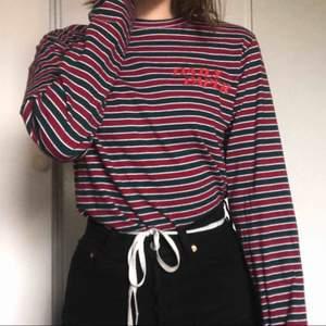 Säljer min Daily Paper tröja då jag inte har använt den mer än fem gånger. Köpt för 700kr. Kan mötas upp i Örebro eller så står köparen för frakt :-)