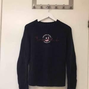 En mörkblå Bondelid tröja som är stickad och långärmad. Jättefint skick! Aldrig använd. Storlek: S. Köpt för: 799 kr. Säljer för: 130 kr. Möts i Jönköping!