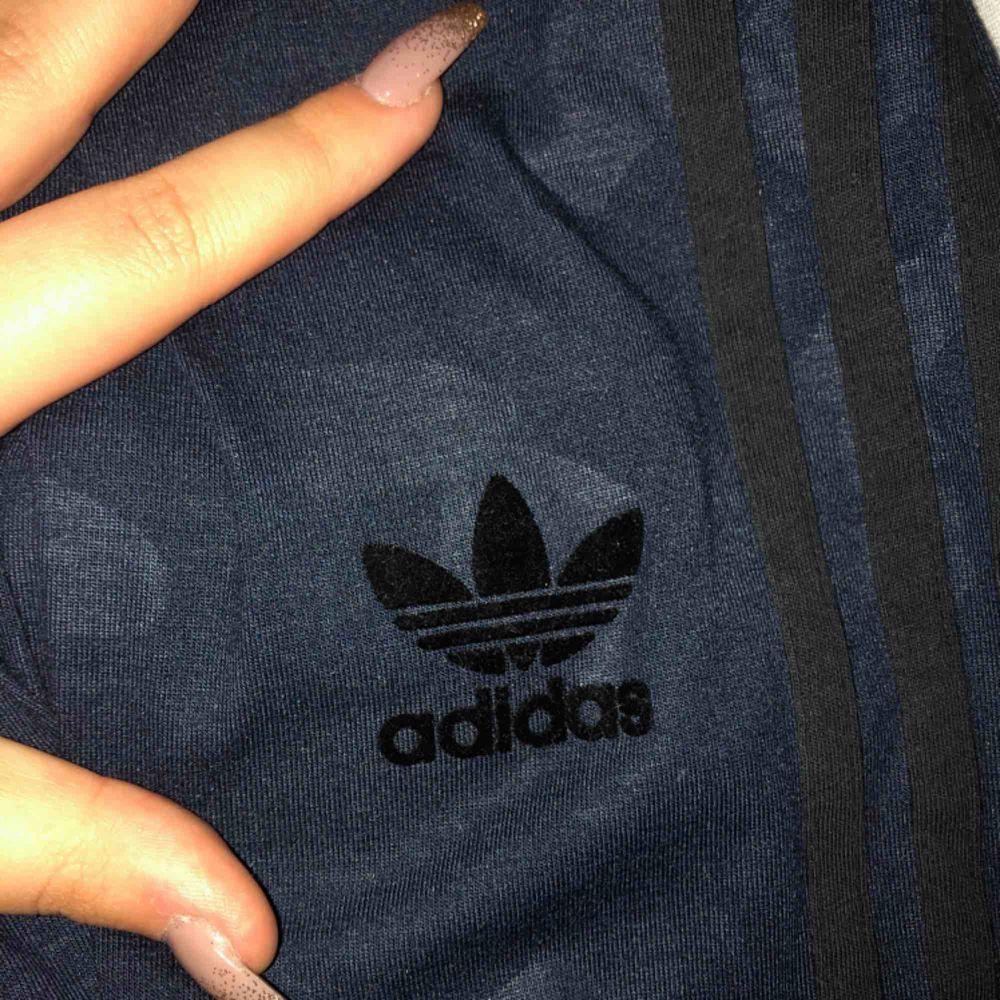 Blåa kamouflage mönstrade tights från adidas. Endast testade. . Jeans & Byxor.