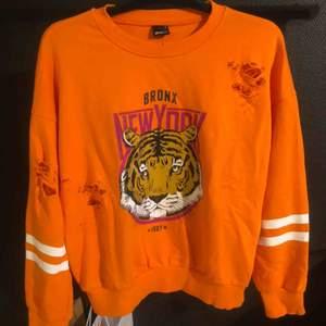 Orange tröja från Gina Tricot, endast använd någon gång. Storlek M. Frakt tillkommer.