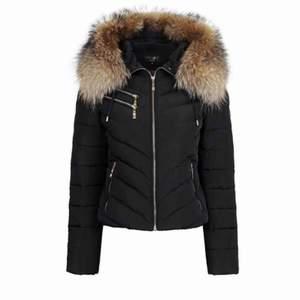 Äkta hollies jacka med äkta päls, köpt för 4000 och aldrig använd säljer pga fel storlek!!