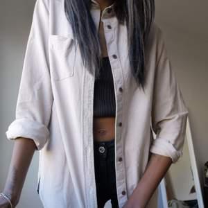 Beige/Brun skjorta från Carhartt. Sjukt fina färger och alltid trendiga, använder den dock aldrig. Passar både tjej och kille då det egentligen var min killes från början, he! FRAKTEN INGÅR I PRISET!
