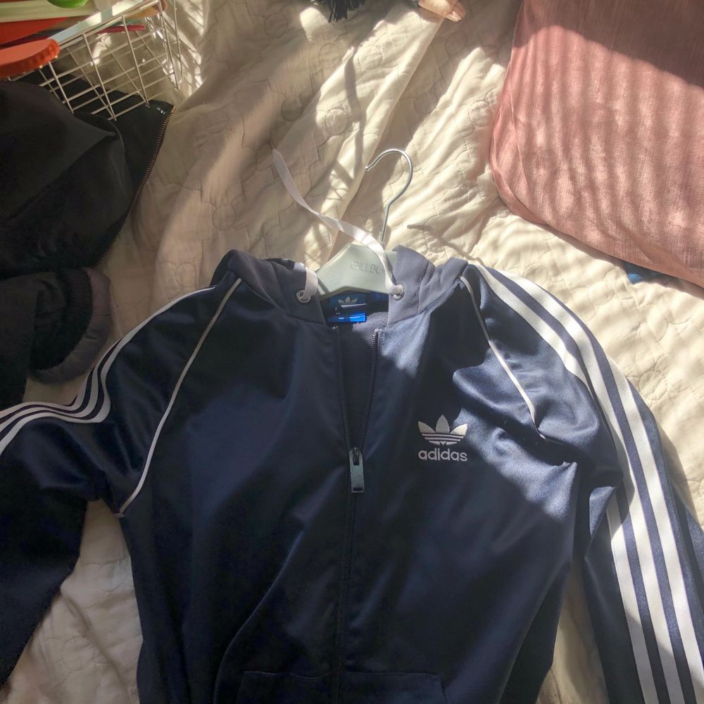 Adidas tröja, den är i lite glansigt material överallt förutom luvan. Drömmigt skön och snygg! Säljer pga att jag aldrig använt. Köpt på Zalando för 549. Huvtröjor & Träningströjor.